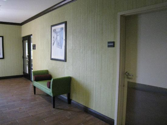 Hampton Inn Farmington : Nice decor near elevators.
