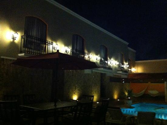 Hotel Dubrovnik: frente hotel en estacionamiento