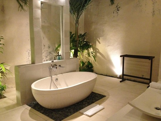 CK Villas Bali: The lovely bathroom in the main suite