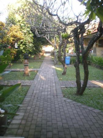 Suriwathi Beach Hotel: beautiful grounds