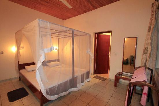 Hotel 4 U : Spacious twin room
