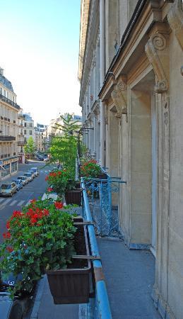 Hotel Elysees Opera: Blick vom Balkon des Zimmers 202 nach Süden in die Rue de Turin