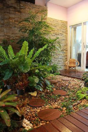 Baan Manusarn: garden