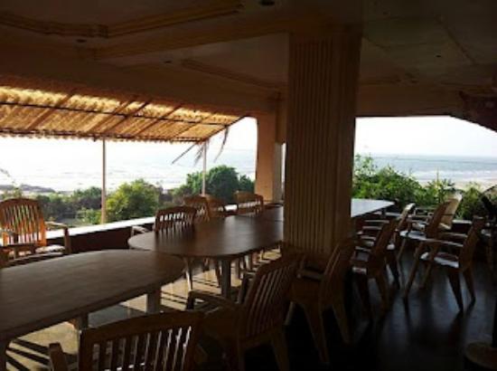 Sagar Sawali Beach Resort, Karde : veranda, dinning area, sit out overlooking beach