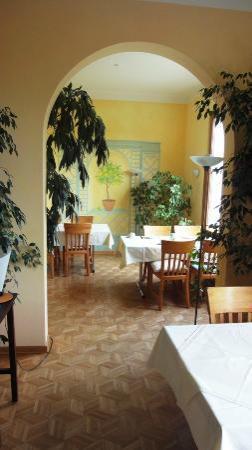 Hotel Grünwald: Spisesalens bagerste del..billedet er taget fra den forreste, hvor vi spiste