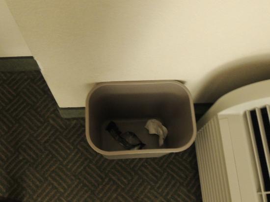 Hampton Inn Denver - International Airport: no trashbag in either trash can
