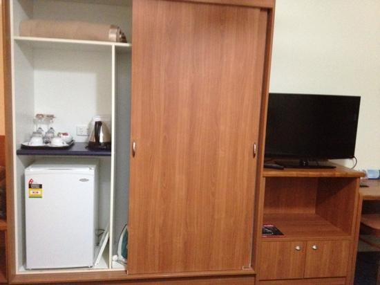 Kacy's Bargara Beach Motel Complex : kitchenette, cupboard and tv