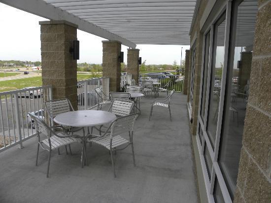 Fairfield Inn & Suites by Marriott Madison East: Outdoor terrace off breakfast area