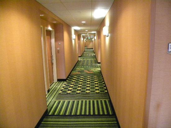 Fairfield Inn & Suites by Marriott Madison East: Had to include the jazzy carpeting