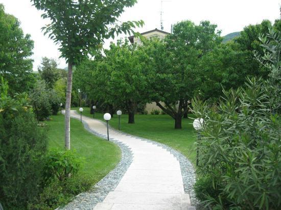 Villa Gesi: Walkway to B & B