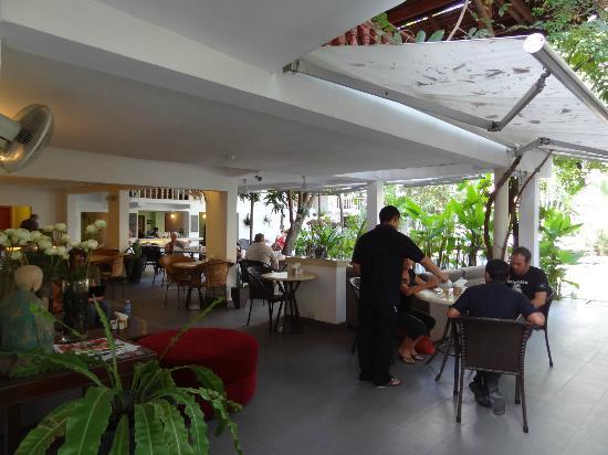 Villa Langka: Offener Sitzbereich (Frühstück, Essen,Trinken, WLAN,..) mit Blick auf Pool