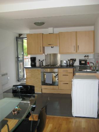 Regents Park Residence: Kitchen