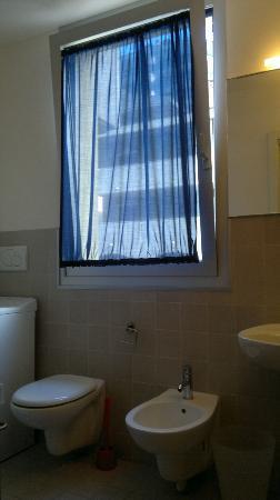 Residence Hotel Hungaria: bagno con ampia finestra