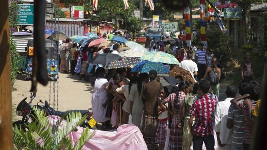 Sita's Heaven: La rue principale d'Ella lors de la fête de Vesak