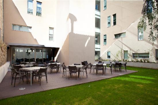 Moov Hotel Porto Centro: Garden deck at Hotel B&B Porto Centro