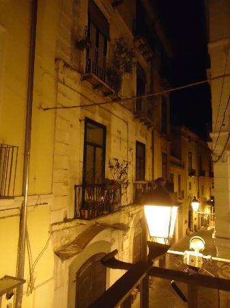 Il Guiscardo Bed & Breakfast: Via del Duomo verso mare dal balconcino della camera