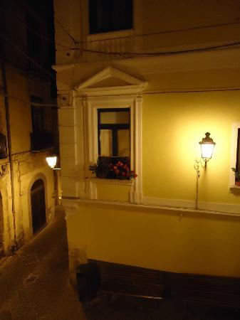 Il Guiscardo Bed & Breakfast: Dalla finestra in Largo Cassavecchia