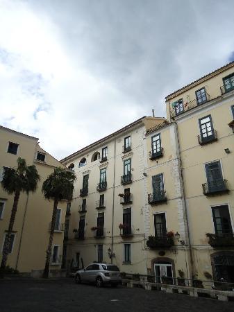 Il Guiscardo Bed & Breakfast: Il palazzo a sn. dove al primo piano si trova il B&B