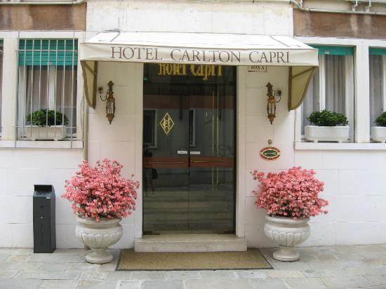 Hotel Carlton Capri: Entrance to the hotel