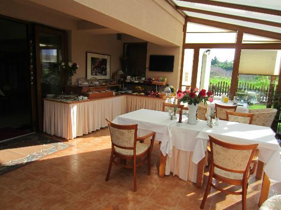 Pension Holata: Dining room and ample breakfast layout