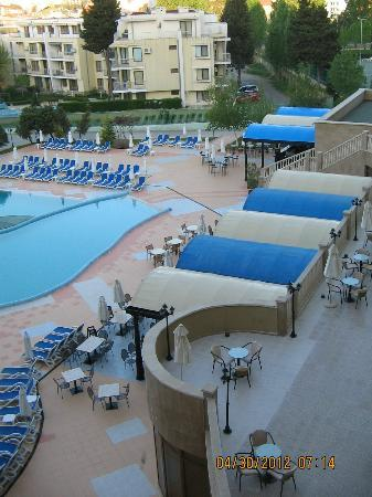 Sol Nessebar Mare: Pool area in the morning..