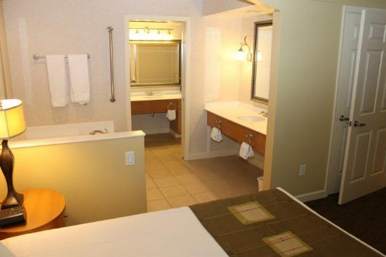 Holiday Inn Club Vacations at Lake Geneva Resort: Two Sinks