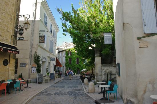 Brasserie L'insolite : Rue de Lourmarin et à gauche l'Insolite
