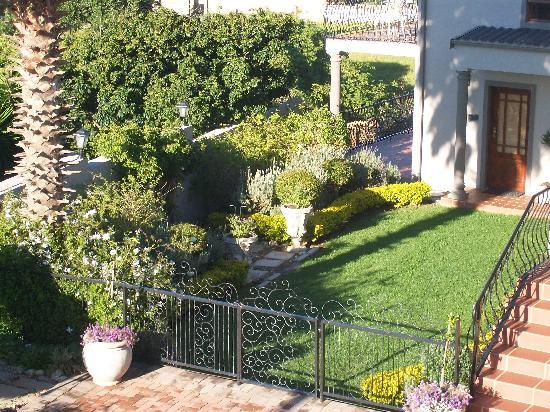 Sea Whisper Guest House & Self Catering: French Garden