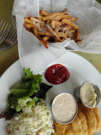 Muddy Rudder Restaurant: Cole slaw and fries sprinkled with parm cheese