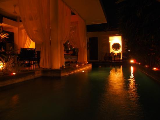 Anantara Vacation Club Bali Seminyak: Pool at night