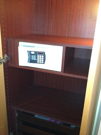 Le Royal Hotels & Resorts - Luxembourg: Storage/Room Safe