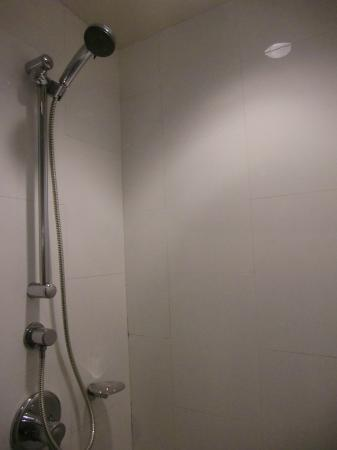 Saladaeng Colonnade: Shower