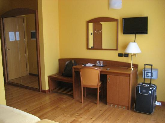 Villa Ca Nova : équipement chambre (bureau - télé - frigo)