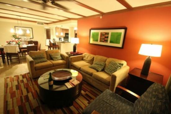 Wyndham at Waikiki Beach Walk: 3ベッドルームのリビングルーム