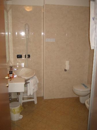 Villa Ca Nova : salle de bain avec douche (et sèche cheveux)