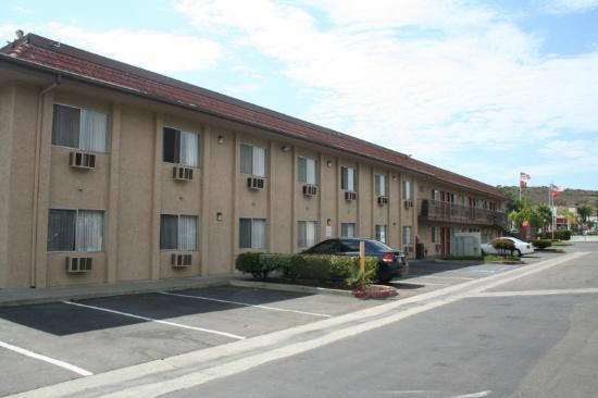 Days Inn San Marcos: parking area beside motel