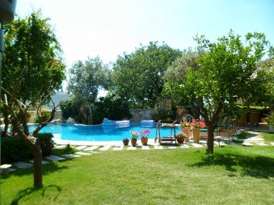 Sandima 37 Hotel Bodrum: The lovely gardens and pool