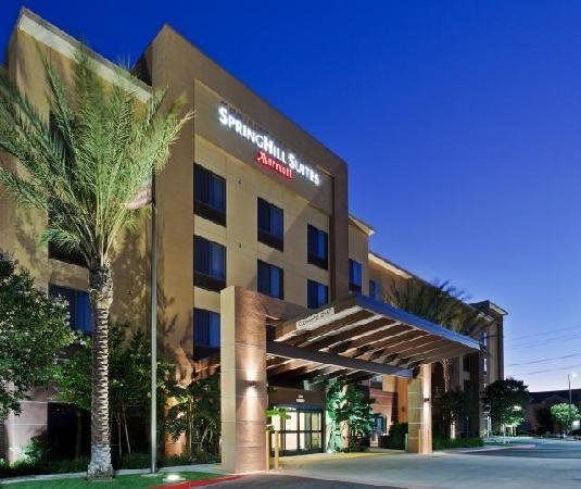 SpringHill Suites Corona Riverside: Exterior Nightime