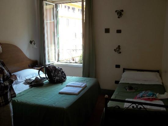 Hotel San Pietrino: Corner room facing Giovanni Bettolo Street