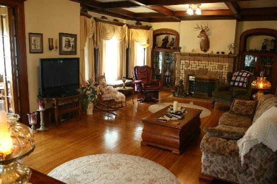 Tarry Here Bed and Breakfast: Large Open Living Area