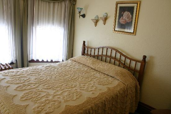 Tarry Here Bed and Breakfast: The Rose Room