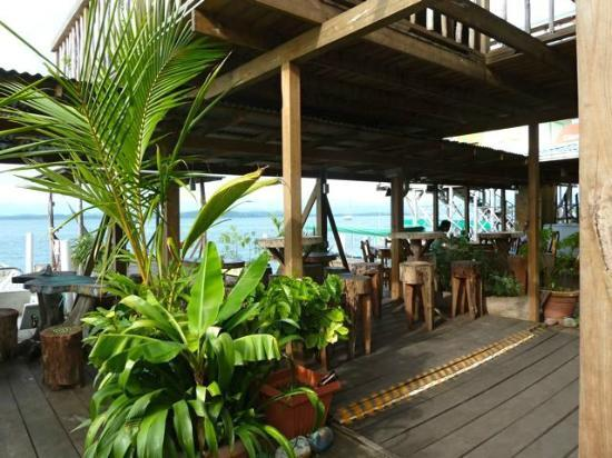 Casa Verde Hostel & Guesthouse: Bocas del Toro: Casa Verde -  Lower deck restaurant