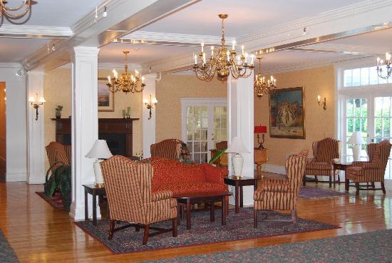 Eastern Slope Inn: Hotel Lobby Fireplace