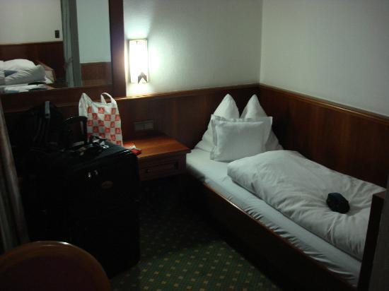 Tyrolis Hotel: Smaller bed in big room