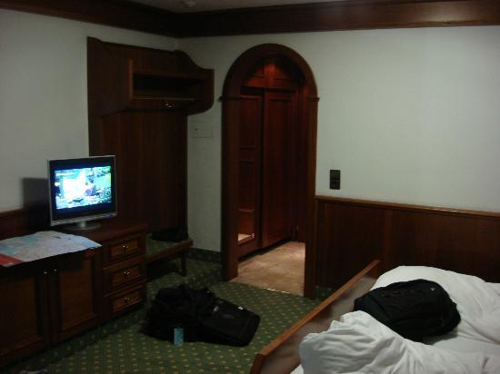 Tyrolis Hotel: Big room with big bed