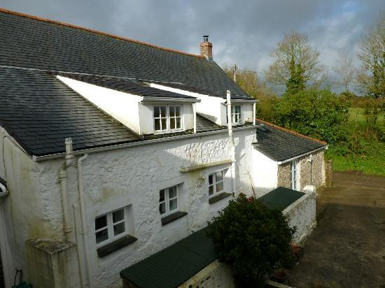 Rosewyn Farmhouse: Our room had windows on two sides. This view shows the main famhouse building