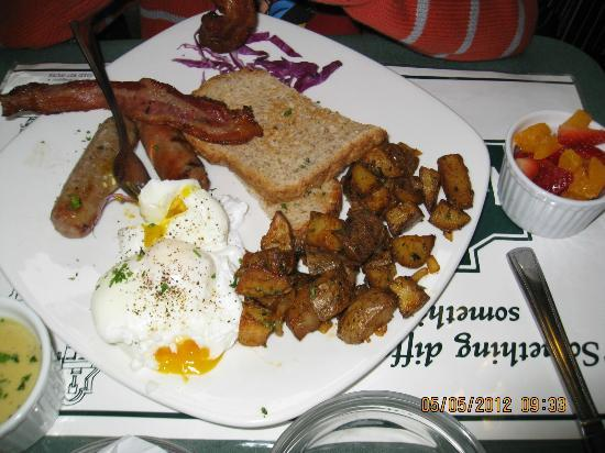 Bridgeport Bed and Breakfast: Egg Benedict breakfast with potatoes, bacon and toast.