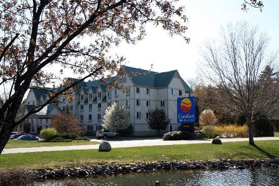 Holiday Inn Express & Suites Lincoln East - White Mountains : Les abords de l'hôtel