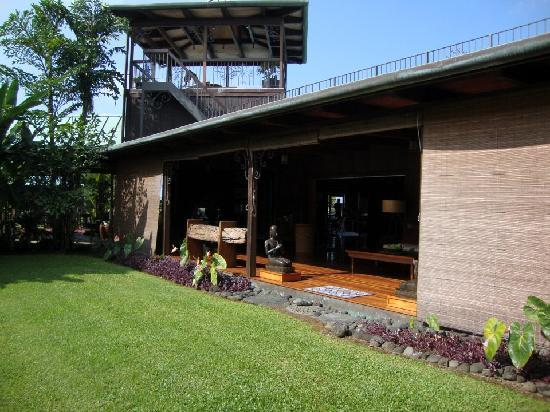 Holualoa Inn: looking into the sitting area...love the open air layout!