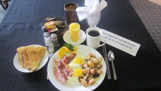 BEST WESTERN Glengarry Hotel: Complimentary full hot breakfast - June 1st to September 30th